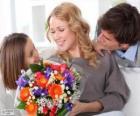 Moeder ontvangen van een boeket van bloemen