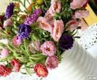 Vaas met een groot boeket van bloemen