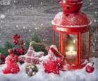 Kerst lamp met brandende kaars en hulst decoraties