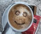 Lachende koffie met melk