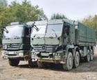 Twee militaire vrachtwagens