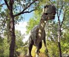 Grote dinosaurus overschrijding van het bos