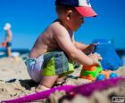 Een kind spelen op het strand