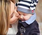 Moeder haar baby kussen