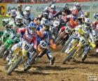 Eerste bocht in een motorcross race, waar alle stuurprogramma's zijn gegroepeerd