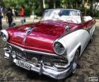 Mooie antieke auto in perfecte staat van het Ford-merk, model Fairlane, converteerbare carrosserie, gebouwd in 1956