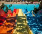 Grote waterglijbaan met aankomst aan het zwembad bij het waterpark