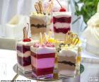 Desserts geserveerd in individuele bekers