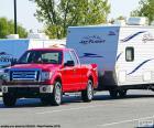 Rode pick-up met caravan