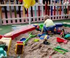 Een kind spelen op een zandbak van een speeltuin