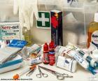 Materiaal voor eerste hulp bij kleine wonden, zwachtels, pleisters, tape, katoen, desinfecterende enz...