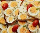 Een heerlijke toast hardgekookt ei met tomaat