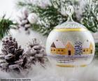 Kerst bal geschilderd met een tekening van een plaats (town) in de winter