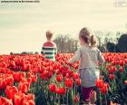 Meisjes tussen de tulpen