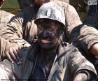Een lachende mijnwerker