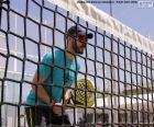 Paddle tennisspeler in het net