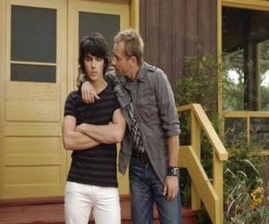 puzzel Shane (Joe Jonas) met zijn oom Brown Cessario (Daniel Fathers) eigenaar van Camp Rock