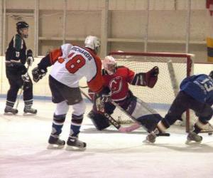 puzzel Spelers en een keeper in een ijshockey wedstrijd
