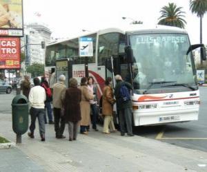 puzzel Stedelijke bus in de bus stoppen