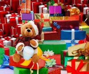 puzzel Teddybeer verkleed als kerstman en met de Kerstcadeaus