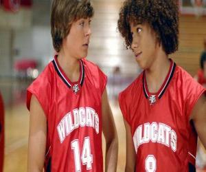 puzzel Troy Bolton (Zac Efron) en Chad (Corbin Bleu), met shirt Wildcats