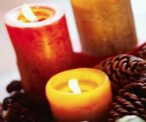 puzzel Twee grote kerst kaarsen branden