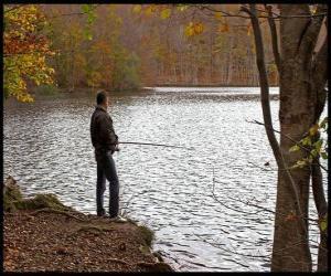 puzzel  - Vissers in de rivier actie in een bosrijke landschap