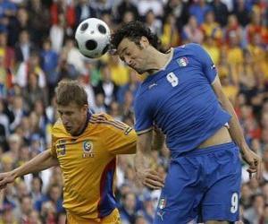 puzzel Voetballer springen om de bal hoofd of om de bal met het hoofd