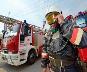 puzzel Volledig uitgeruste brandweerman naast de truck