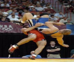 puzzel Worstelen - Twee worstelaars en een scheidsrechter in een gevecht